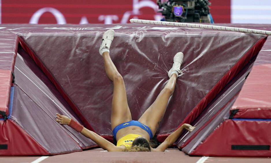 VM-DRAMA: Angelica Bengtsson gikk i bakken med et brak da staven brakk. Foto: NTB scanpix