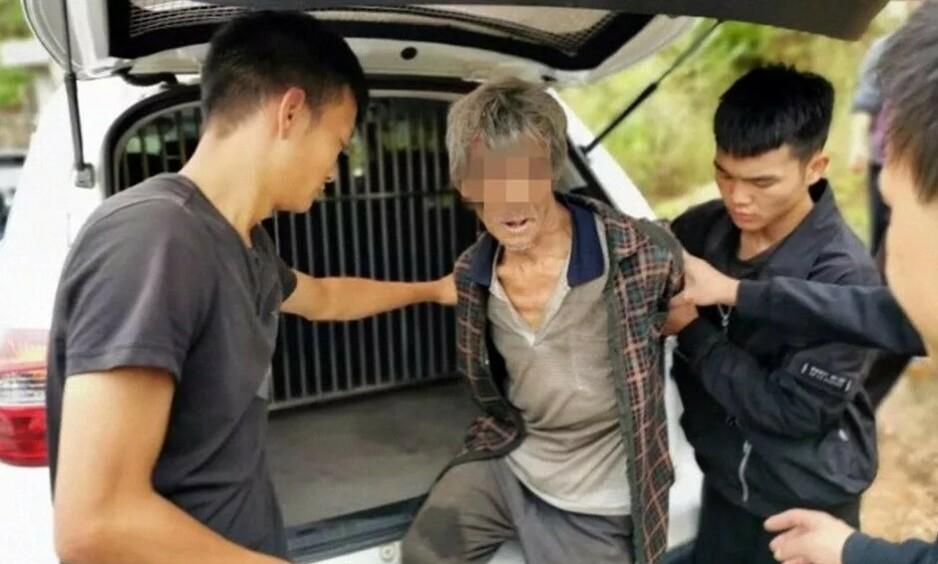 PÅGREPET: Her blir mannen pågrepet av politiet, etter 17 år på flukt. Foto: Politiet i Yongshan