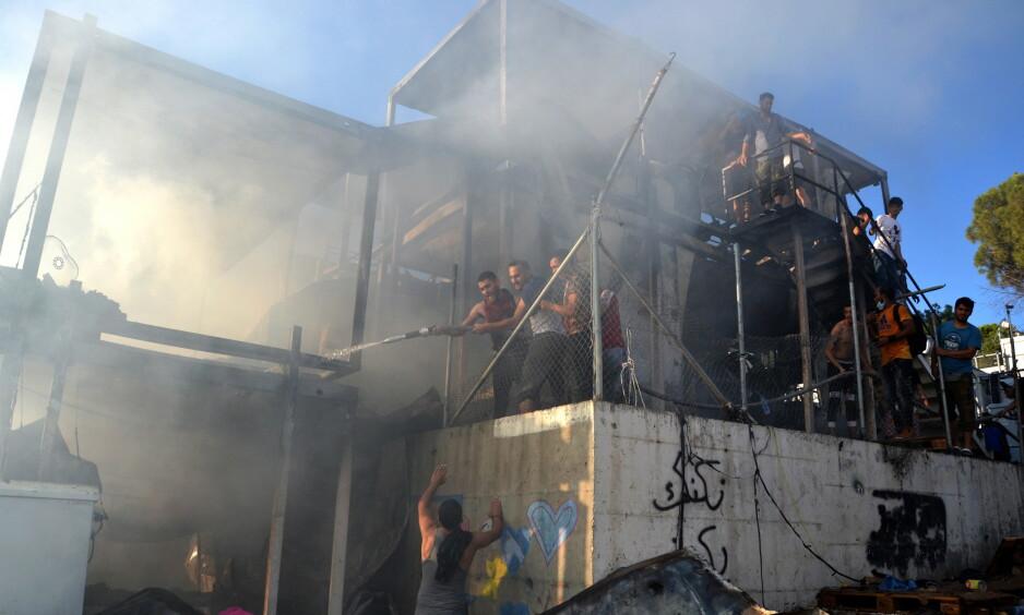 DØDSBRANN: Moria-leiren på øya Lesvos i Hellas huser nær 13 000 innbyggere, både flyktninger og migranter. Leiren er overbefolket og skitten og mangler det aller meste. I helga døde en afghansk kvinne og et lite barn i en brann i leiren. Nå krever både FN og øyas ordfører at folka i leiren må flyttes. Foto: Epa / Scanpix