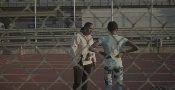 HARD TRENING: Løpetrener Jean Bell setter strenge krav til søstrene. Både på og av banen. Foto: Derek Howard / Netflix