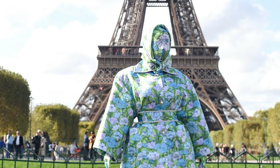 SJOKKERER: Rapstjerna Cardi B fikk mye oppmerksomhet da hun dukket opp med dette heldekkende antrekket under moteuken i Paris lørdag. Foto: NTB Scanpix