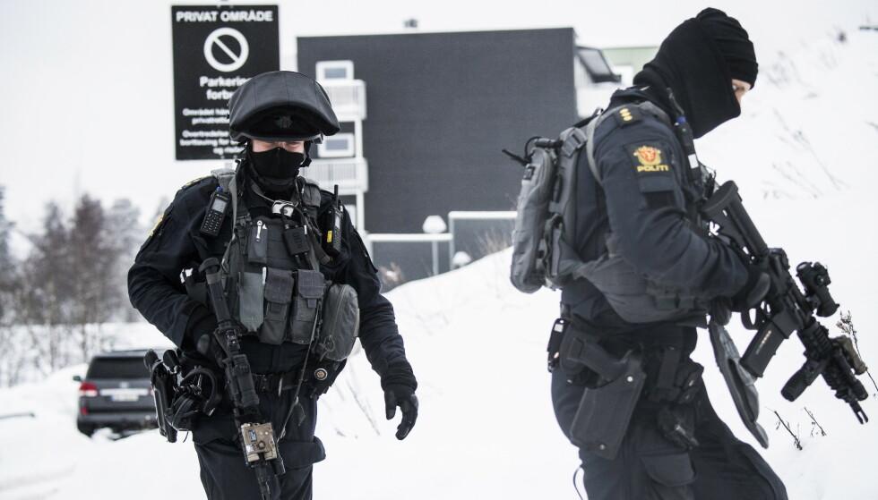 TUNGT BEVÆPNET: Politiet rykket i fjor vinter ut tungt bevæpnet til Bjørndal, hvor drapet skjedde. Foto: Lars Eivind Bones / Dagbladet