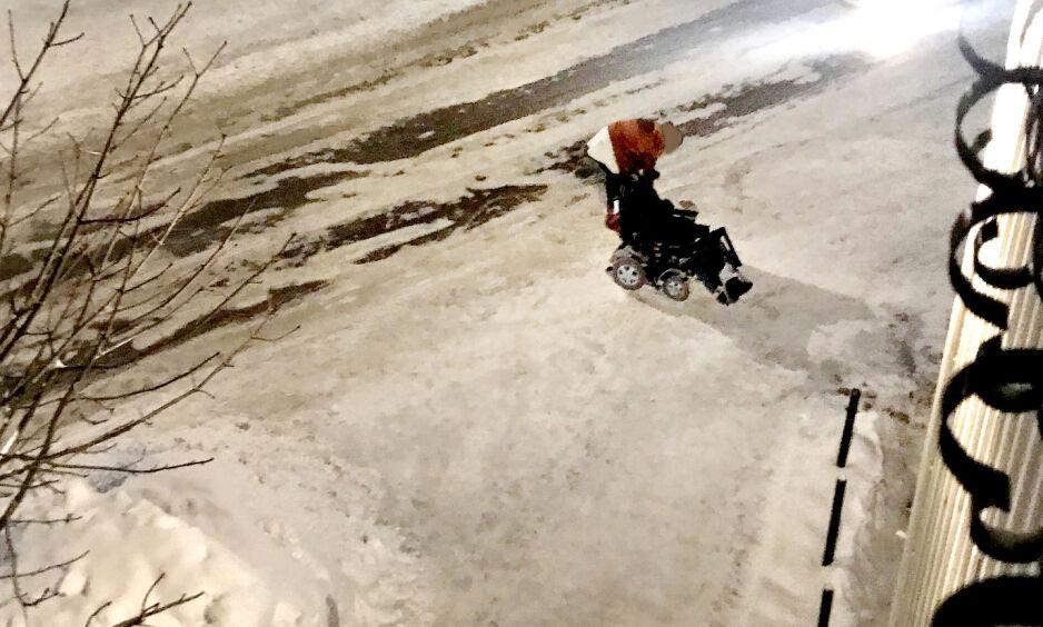 SIKTET FOR VOLD: Her blir kvinnen, som satt i rullestol, angrepet av en 22 år gammel mann i Årnes sentrum natt til søndag 20. januar. Mannen er tiltalt for vold mot kvinnen, to andre menn og mot to politibetjenter. Foto: Privat
