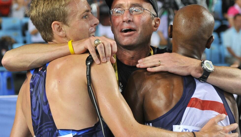 DØMT FOR JUKS: Stjernetrener Alberto Salazar med disiplene Galen Rupp og Mo Farah etter dobbelseier i VM 2011 på 5 000 meter. Nå har amerikanske antidopingmyndigheter sagt hva de synes om metodene bak Salazars suksess. Han er utestengt for doping i fire år. FOTO: AFP /JUNG Yeon-Je