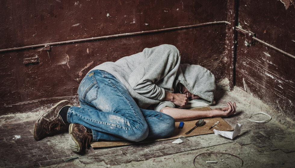 FORDOMMER: Se for deg at du støter på en person ligge livløs på gaten, ustelt og tydlig ruset. Hva gjør du?  De fleste ville tenkt at det er fælt, før de bare gikk videre, skriver innsender. Foto: Shutterstock / NTB Scanpix