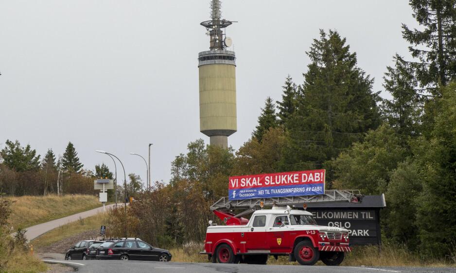 <strong>SVIKTER DAB:</strong> De unge radiolytterne og annonsørene forsvinner til Internett. Der innholdsregulerer ikke norske myndigheter, hvorfor skal de da regulere FM, spør kronikkforfatteren. Bilde fra Tryvannstårnet 20. september 2017, da FM-nettet ble slått av i Oslo. Foto: Heiko Junge / NTB scanpix