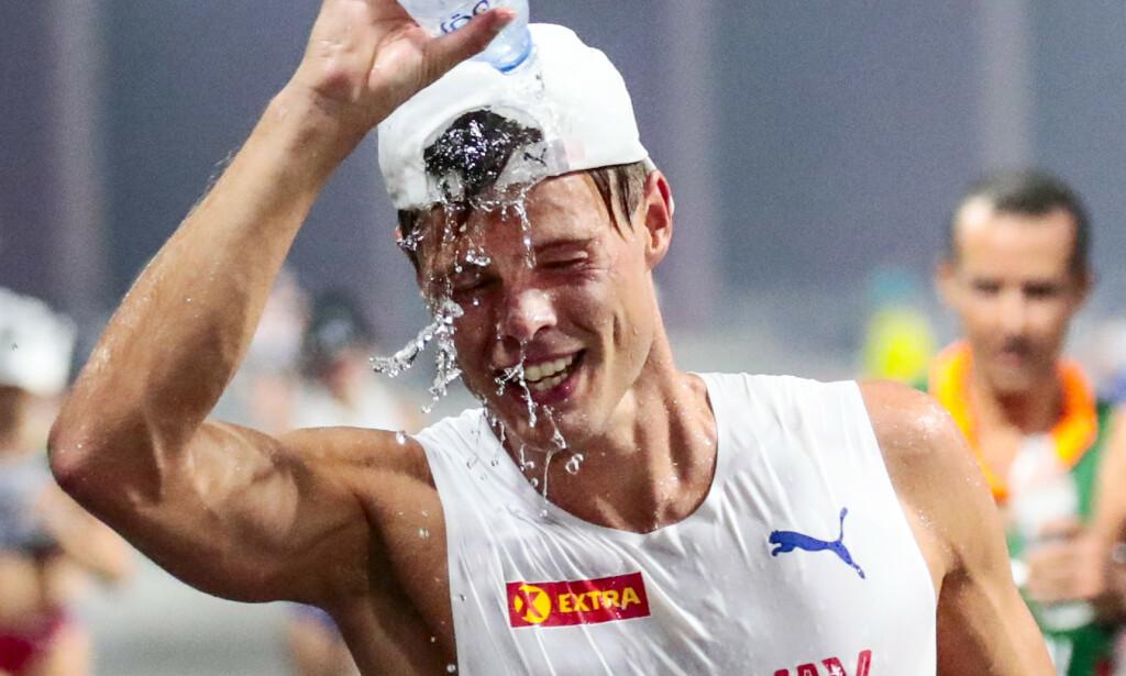 FIKK DET HETT: Håvard Haukenes lyktes ikke helt i heten i Doha, og ble diskvalifisert etter 40 kilometer av 50-kilometeren i kappgang. Nå satser han videre mot Tokyo-OL neste sommer, men mangler alt av sponsorer. Foto: Lise Åserud / NTB Scanpix