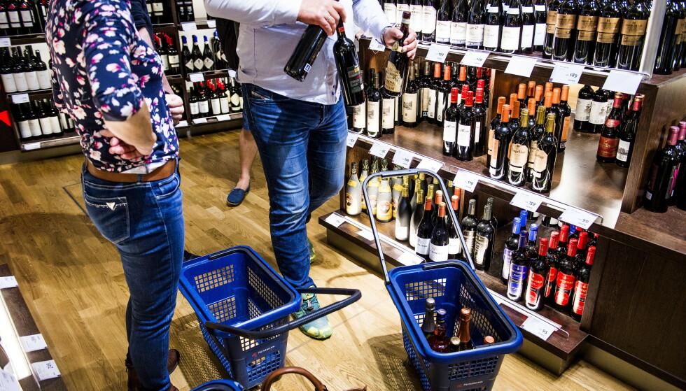 PAPP ER POPULÆRT: Rødvin på papp er storselgerne i Tax Free-butikken på Gardermoen. Selv om den er lett å ta med seg, er det likevel ikke alle som velger papp. Foto: Shutterstock / NTB Scanpix
