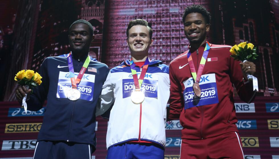 TØFFE DUELLER: Warjolm feirer VM-gullet i 2019. Han vant foran Rai Benjamin (til venstre) og Qatar-løper Abderrahman Samba. Foto: NTB