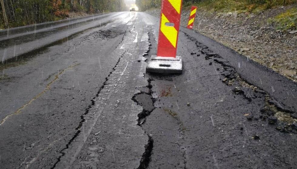 ETTER TO DAGER: Deler av fylkesvei 162 mellom Dokka og Snertingdal i Oppland sank sammen mens den nye asfalten fortsatt var varm. Mandag starter Vegvesenet jobben på nytt. Foto: Statens vegvesen.