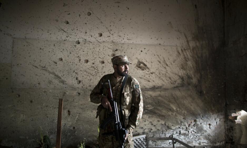 SOLDAT: Pakistans Special Service Group (SSG) er kjent som en av de beste spesialstyrkene i verden på antiterror-oppdrag. Her er en pakistansk soldat avbildet ved forsvarets høyskole i Peshawar etter terrorangrepet i 2014. Foto: Muhammed Muheisen / AP / NTB Scanpix