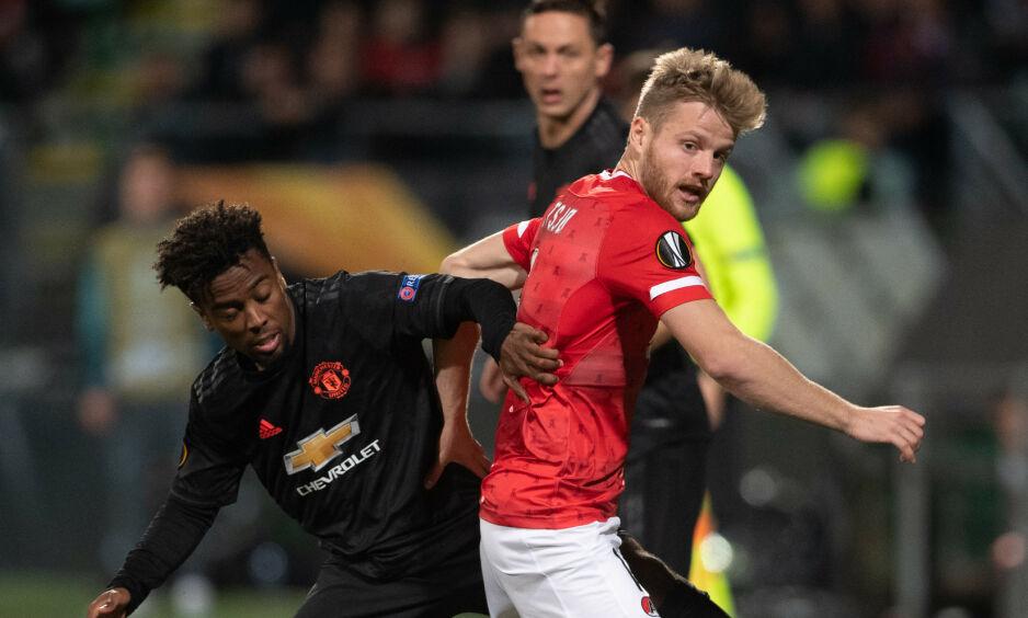 VISTE SEG FRAM: Fredrik Midtsjø gjorde en fin figur mot Manchester United. Her i duell med Angel Gomes. Foto: John Thys / AFP / NTB Scanpix