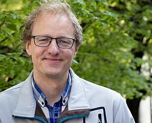 <strong>GRATULERER:</strong> Marius Gjerset er imponert over arbeidet til Max Burger. Foto: Caroline Dokken Wendelborg / Zero