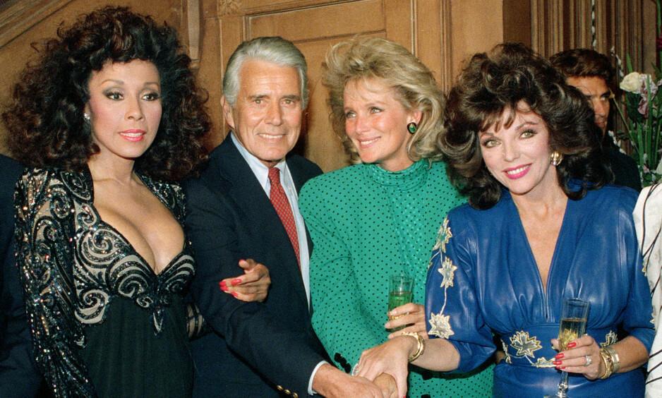 STJERNELAG: Diahann Carroll (t.v) er død. Her er hun fotografert i 1986 sammen med andre tv-stjerner som John Forsythe, Linda Evans og Joan Collins. Alle hadde en rolle i den uhyre populære såpeserien «Dynastiet». Foto: NTB scanpix