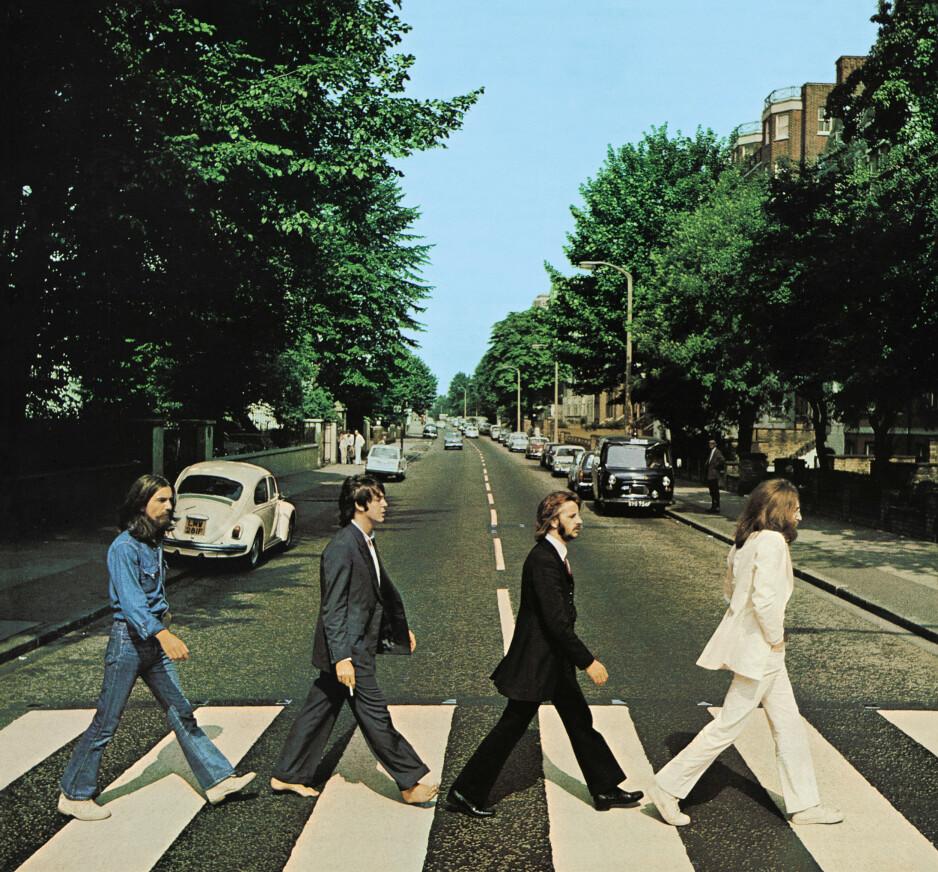 """IKONISK PLATECOVER: På dette bildet fra 8. august 1969 går The Betales over fortauet i nettopp Abbey Road i London. Nå 50 år etter har en ny utgave av """"Abbey Road""""-albumet gått til topps på salgslistene igjen. Foto: Ian Macmillan, Apple/Reuters/NTB Scanpix."""