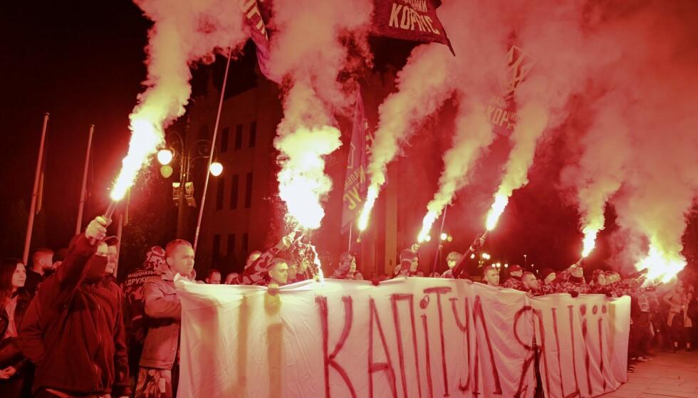 - INGEN KAPITULASJON: Demonstrasjoner i Kiev i forrige uke mot president Volodymyr Zelinskyjs freds-politikk. Foto: AFP / NTB Scanpix