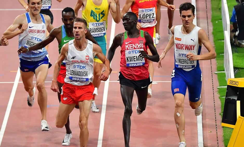 INGEN PLASS: I semifinalen ble det ikke rom på innsiden av kenyanske Ronald Kwemoi og Jakob Ingebrigtsen fikk ikke spurtet for fullt. Foto: Giuseppe CACACE / AFP / NTB Scanpix