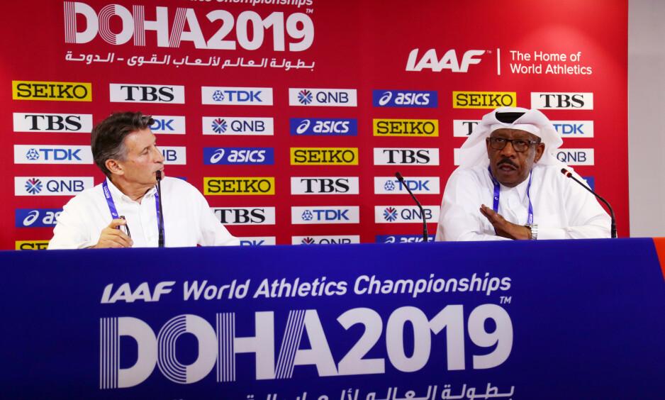 KRANGLET: Sebastian Coe, til venstre, var ikke enig i så mye av det SVT-reporter Stefan Åsberg kom med på søndagens pressekonferanse i Doha. Tl høyre, generalsekretæren i organisasjonskomiteen i Qatar, Dahlan Juma Al Hamad. Foto: Reuters/Ibraheem Al Omari/ NTB Scanpix
