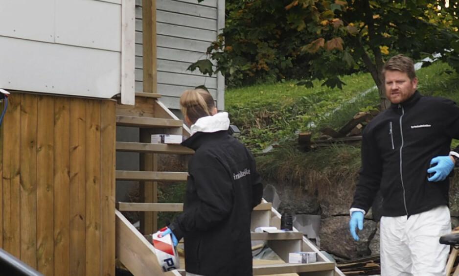 KRIMTEKNISK: To kriminalteknikere gjør undersøkelser ved huset forrige uke. Foto: Håkon Wikan / NTB scanpix