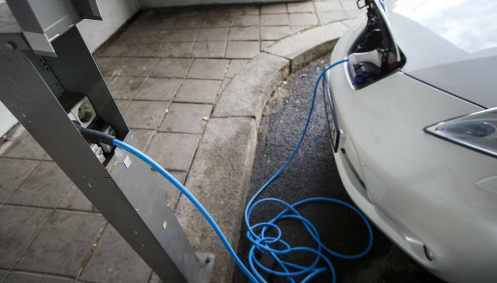 HASTER: Om knappe seks år skal alle nye biler være utslippsfrie. Men hvor blir det av støtteordningen for ladeinfrastruktur, spør innsenderne. Foto: Heiko Junge / NTB scanpix