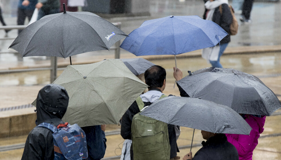 REGN: Det er bare å finne fram paraplyen. Kaldt og vått vær er ventet i store deler av Norge i helgen. Foto: Vidar Ruud / NTB scanpix