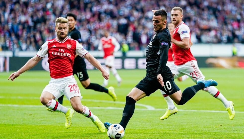 IRRITERT: Shkodran Mustafi (til venstre) i en duell i Europa League-oppgjøret mot Eintracht Frankfurt. Foto: NTB Scanpix