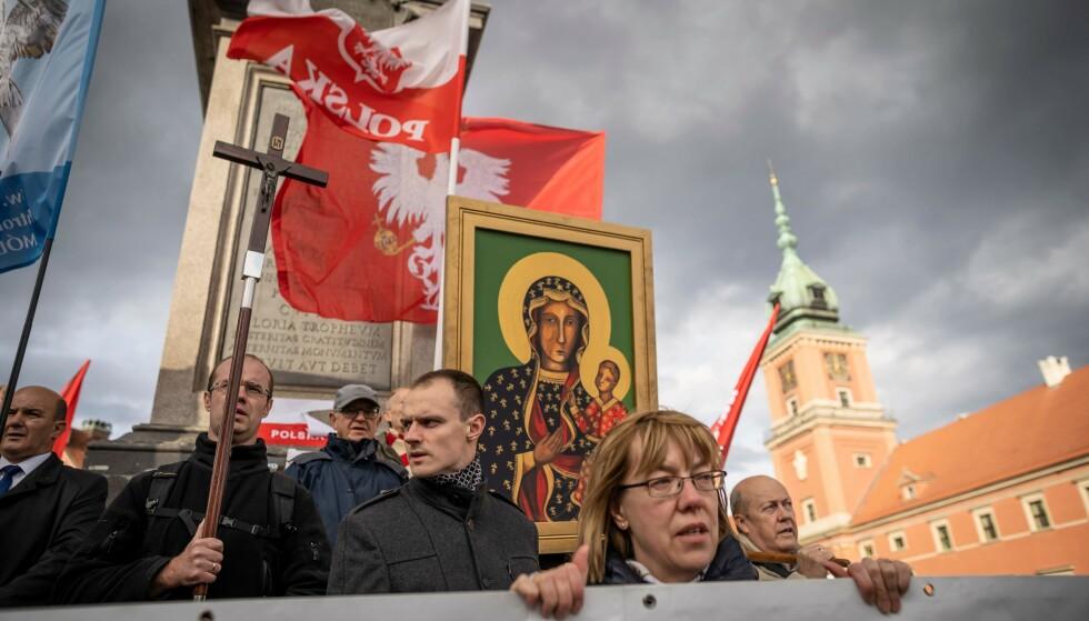 MOBILISERING: Kristne polakker demonstrerer i Warszawa høsten 2019 i protest mot regjeringens og den katolske kirkens kampanje mot LBGT-minoriteten. FOTO: Wojtek RADWANSKI / AFP)
