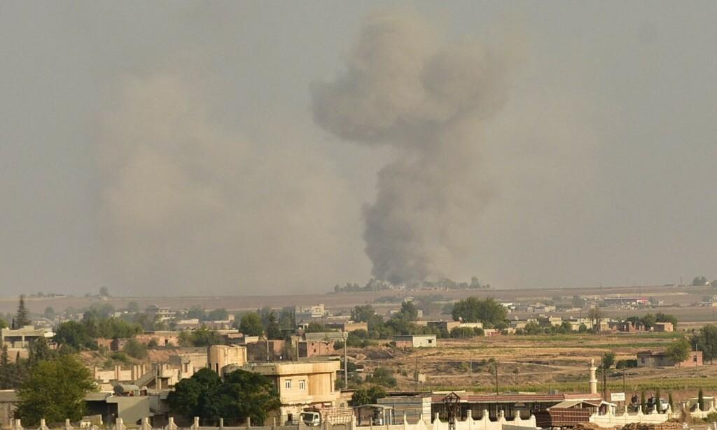 TYRKISK BOMBE I SYRIA: Dette bildet tatt onsdag ettermiddag fra tyrkisk siden av grensen mellom Tyrkuia og Syria, viser en bombe fra tyrkisk krigsfly som slår ned i grensebyen Ras al-Ayn på syrisk territorium. Foto: Ibrahim Toprak / Anadolu Agency/ABACAPRESS.COM/NTB Scanpix.