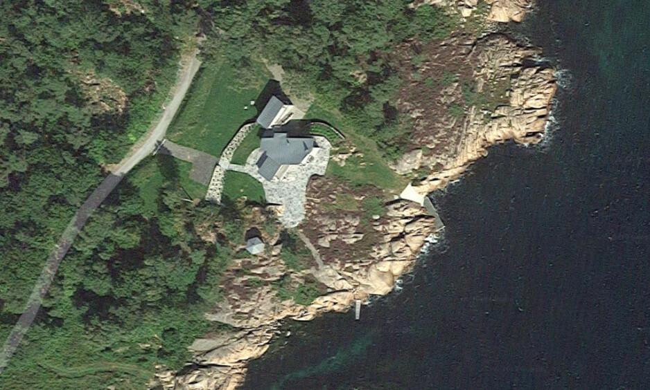 ANKER: Hanne Madsen overtok eiendommen på Hesnes i Grimstad av sine foreldre. Der bygget hun både tennisbane og underjordisk tunnel, uten tillatelse. Nå anker hun til Høyesterett. Foto: Google Maps