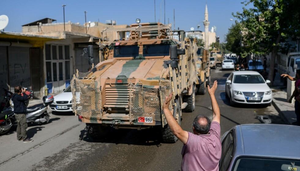 RULLER INN: Tyrkisk-støttede syriske styrker ruller inn i grensebyen Tell Abyad tidligere i dag. Foto: BULENT KILIC / AFP