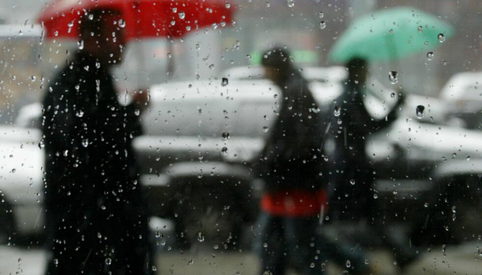 HØST: Østlandet må finne fram paraplyen til helga og ut uka, mens nordlendingene for det meste kan nye strålende vær og klar himmel. Foto: Peter Morgan / Reuters / NTB Scanpix