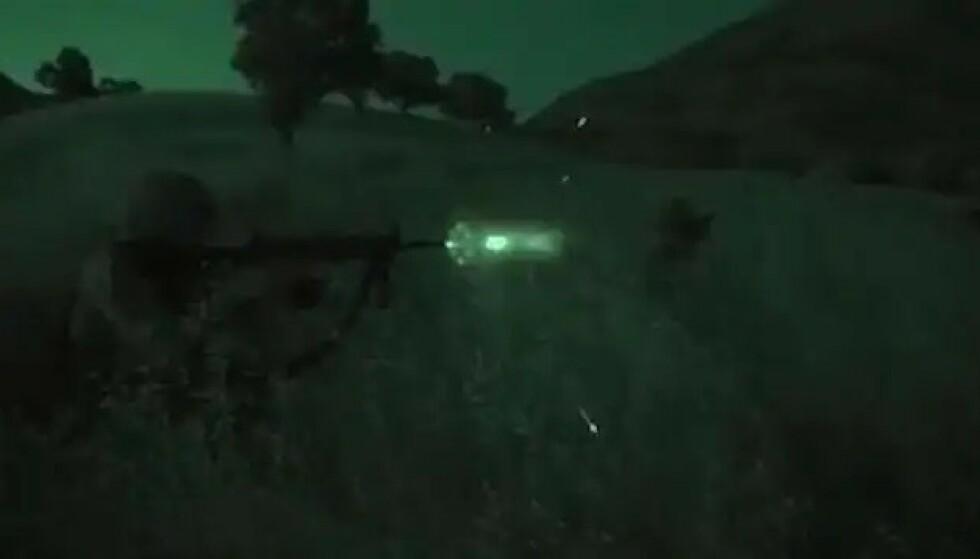 SKUDD I MØRKET: Skjermdump fra videoklipp som viser den Tyrkiske offensiven i Syria. Kilde: Det tyrkiske forsvarsdepartementet.