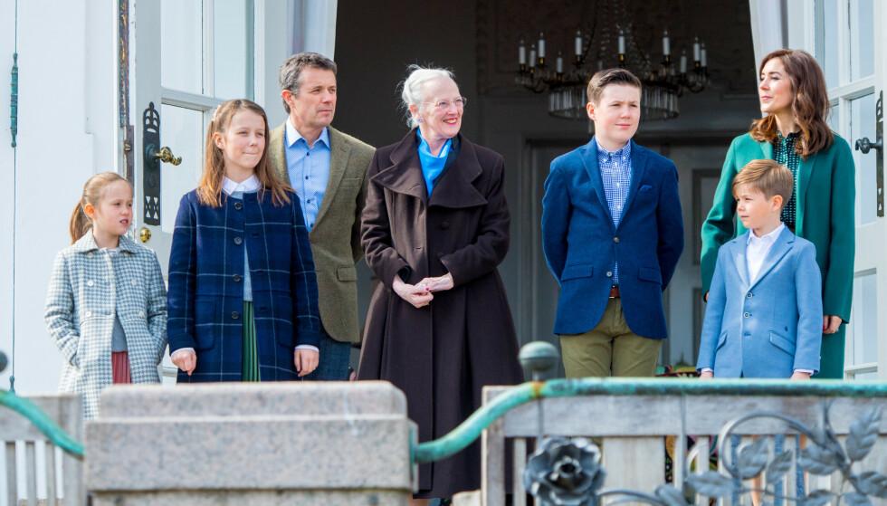 SKAL FLYTTE: Mary og Frederik sender barna til kostskole i Sveits. Her er hele familien samlet for å feire dronning Margrethes 79-årsdag 16. april i år. Foto: NTB Scanpix