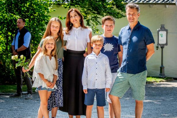 SAMLET: Alle parets fire barn setter kursen mot Sveits neste år. Her er familien samlet i sommer. Foto: NTB Scanpix