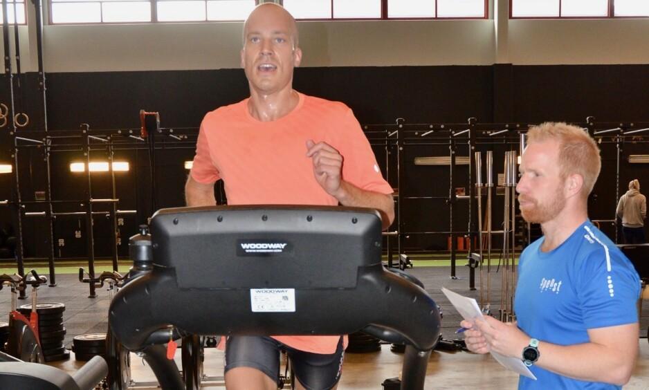 FORBRENNING: Jens Ole Sætha løp, syklet og rodde i 30 minutter, mens fysioterapeuten kontrollerte pulsen underveis, og målte belastning og intensitet ved Borgs skala.