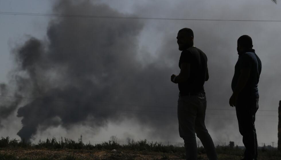 BOMBARDEMENT: Røyk stiger etter at Tyrkiske tropper har bombardert mål i Syria ved Akcakale. Foto: AP Photo/Lefteris Pitarakis