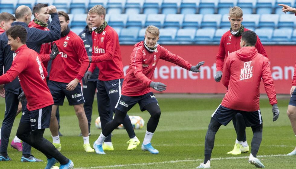 JAGER EM-PLASS: Martin Ødegaard og landslaget i fotball trener før kampene mot Spania og Romania Foto: Terje Pedersen / NTB Scanpix