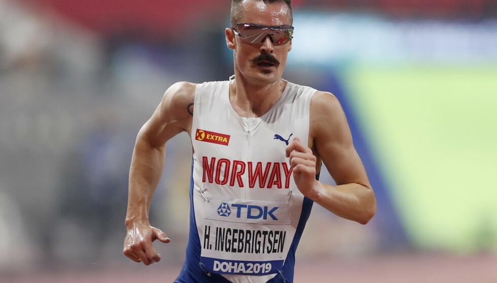 LØPER KANSKJE LIKEVEL: Henrik Ingebrigtsen kan fort bli å finne på startsstreken søndag. Her fra VM i Doha. Foto: NTB/Scanpix