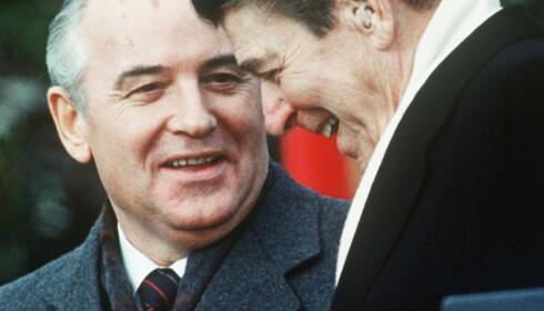 GLASNOST: Russlands president Mikhail Gorbatsjov besøker USA-kollega Ronald Regan i Det hvite hus i Washington D.C. 8. desember 1987. Gorbatsjov er nå 88 år gammel. Reagan døde i 2004, 93 år gammel. Arkivfoto: Mike Sargent, AFP/NTB Scanpix.