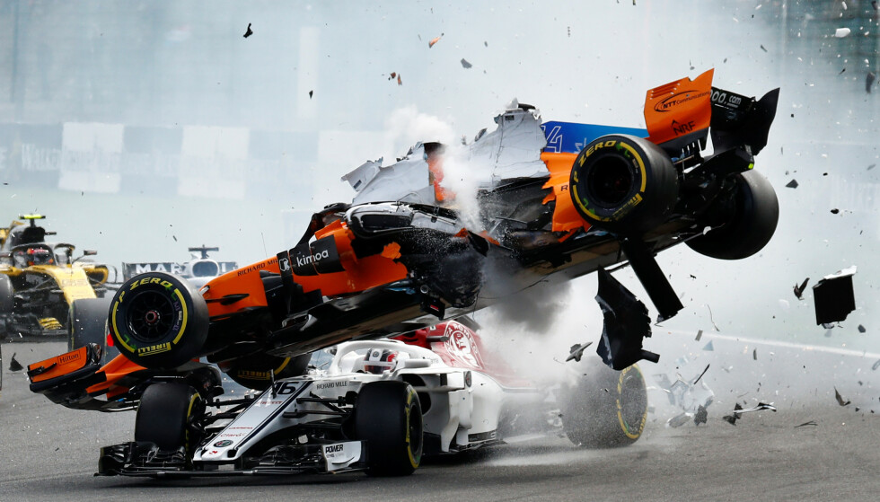 DRAMATISK: Fernando Alonsos bil lettet fra asfalten og landet på Leclercs Sauber. Begge to slapp uskade fra sammenstøtet. Foto: NTB/Scanpix