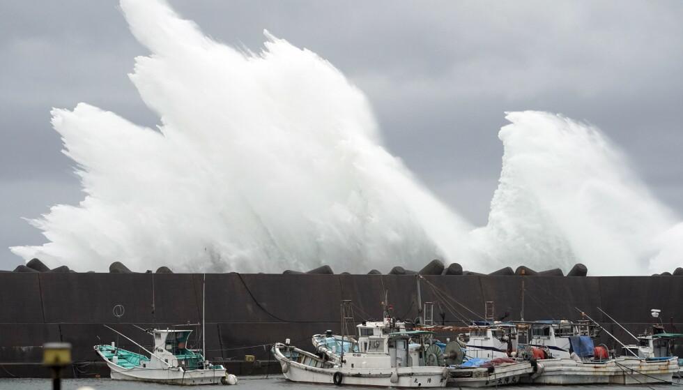 <strong>FORSMAK:</strong> Bølger skapt av Hagibis dundrer inn i en molo i prefekturet Mie sørøst på øya Honshu. Foto: Franck Robichon / EPA / NTB Scanpix