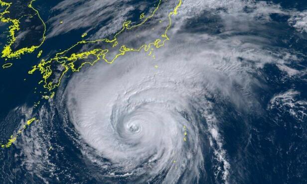 <strong>TREFFER SNART LAND:</strong> Satellittbildet viser Hagibis på vei mot Honshu. Vinden har hastighet på opptil 234 km/t. Foto: Himawari-8 / Japans meteorologiske institutt