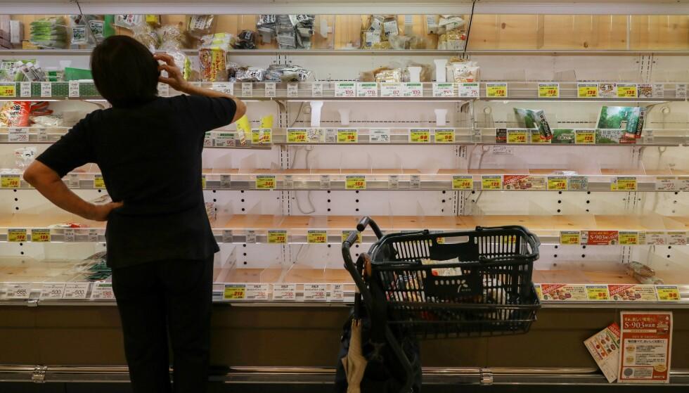 <strong>TOMME HYLLER:</strong> Mange butikkhyller er tomme fordi folk hamstrer mat. Foto: Kevin Coombs / Reuters / NTB Scanpix