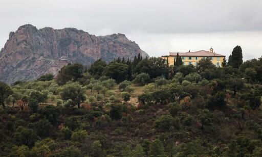 RAID: I januar 2018 aksjonerte politiet mot dette klosteret i Roquebrune-sur-Argens i Sør-Frankrike etter angivelige observasjoner av den ettersøkte 58-åringen. Aksjonen var resultatløs. Foto: AFP PHOTO / Valery HACHE / NTB Scanpix