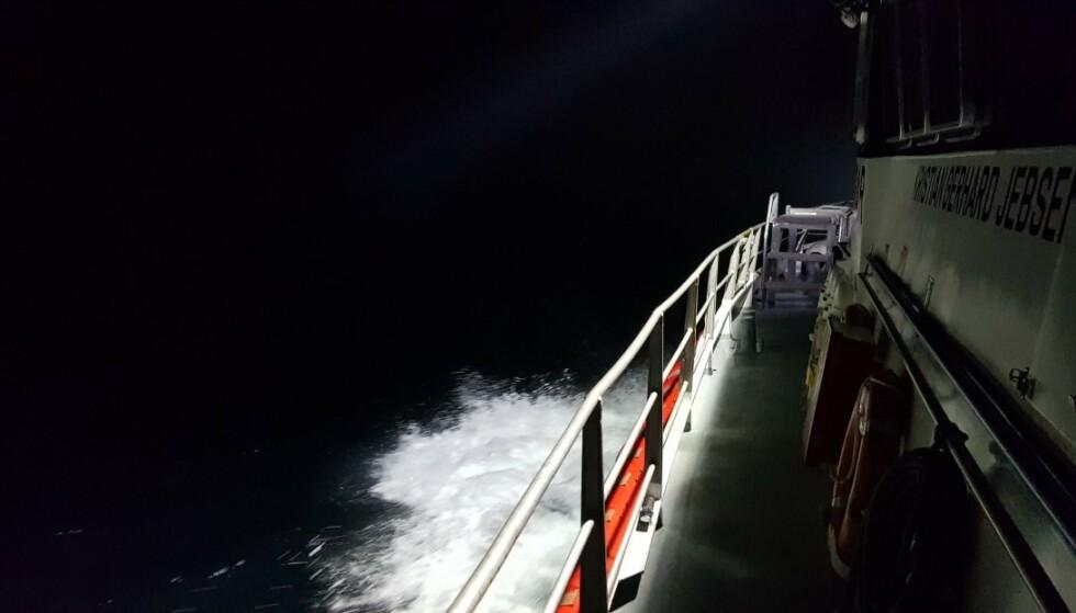 GODE FORHOLD: Det var noe sjø, men gode lysforhold fra måneskinnet, natt til fredag. Foto: Vidar Johannessen