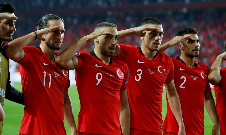 KONTROVERSIELT: Flere Tyrkia-spillere feiret på følgende måte etter Cenk Tosuns (nummer 9) overtidsscoring. Foto: Huseyin Aldemir / Reuters / NTB Scanpix