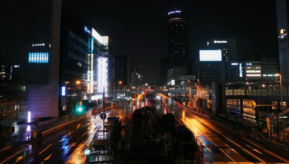 ØDE: Det kommer store mengder nedbør de neste 24 timene og det blir svært kraftig vind. Her fra tomme gater i Yokohama. Foto: Matthew Childs / Reuters / NTB Scanpix