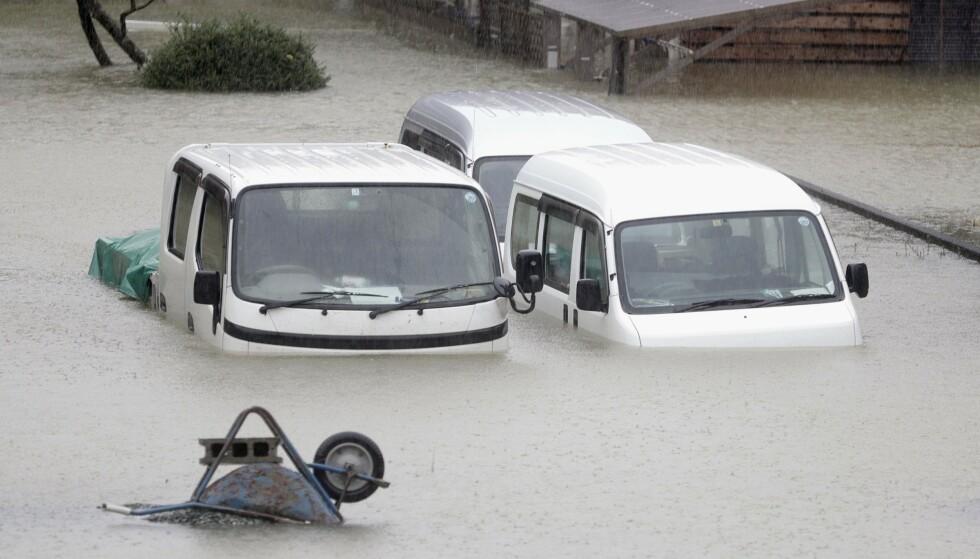 TYFON: Heftig regnvær satte veier under vann og elver gikk over sine bredder da tyfonen Hagibis raste over Japans hovedstad Tokyo lørdag. Foto: Kyodo News/AP/NTB Scanpix