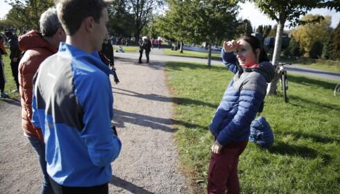 BJØRGEN PÅ PLASS: Marit Bjørgen diskuterte blant annet fottøy med Didrik Tønseth før start. Foto: Bjørn Langsem