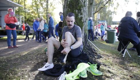 SEINT UTE: Henrik Ingebrigtsen tok på seg skoene noen minutter før start. Foto: Bjørn Langsem